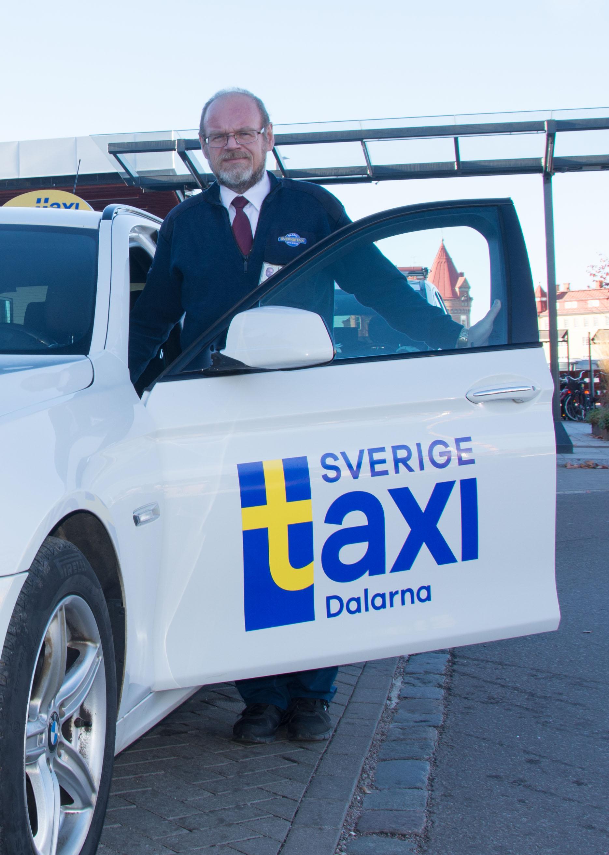 Taxiförare vid dörr, Taxi Dalarna